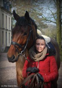 Laurine et un cheval en formation