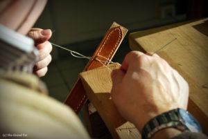 Stagiaire pratiquant la couture lors d'une formation sellerie