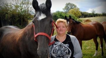 Sabine et son cheval avec son licol réalisé en stage